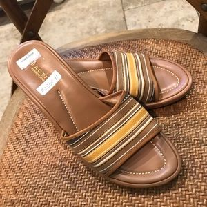 TAG ON- NEVER WORN KENNETH COLE REACTION SLIDES